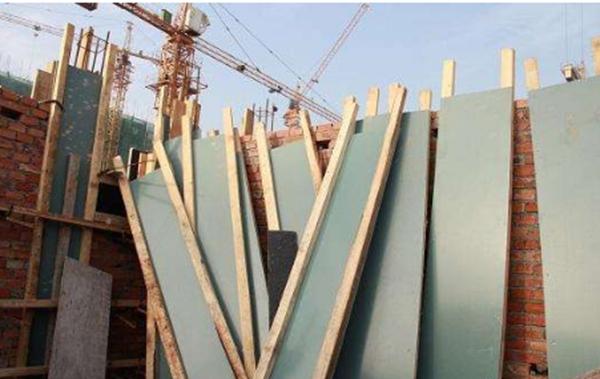 导致建筑模板的变形的原因是什么?有哪些处理方法?
